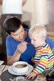 有早餐的父亲儿子 免版税图库摄影