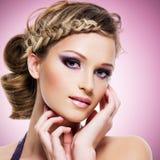 有时尚发型和桃红色构成的妇女 库存照片