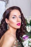 有时尚婚礼发型和红色嘴唇的美丽的新娘 年轻华美的新娘特写镜头画象  婚姻 美丽的夫妇跳舞射击工作室妇女年轻人 库存图片
