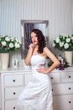 有时尚婚礼发型和红色嘴唇的美丽的新娘 年轻华美的新娘特写镜头画象  婚姻 美丽的夫妇跳舞射击工作室妇女年轻人 免版税库存照片