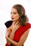 有时尚样式构成的年轻俏丽的妇女,在白色背景象gussar角色的链子隔绝的,红色钉子修剪 库存图片