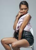 年轻有时尚的秀丽非裔美国人的妇女 免版税库存照片