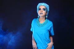 有时尚的美丽的亚裔耐心妇女组成,蓝色口气ac 库存照片