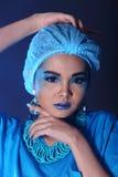 有时尚的美丽的亚裔耐心妇女组成,蓝色口气ac 免版税库存照片