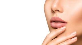 有时尚自然米黄表面无光泽的唇膏的完善的妇女的嘴唇 库存图片