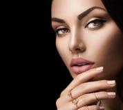 有时尚自然米黄表面无光泽的唇膏的完善的妇女嘴唇 免版税图库摄影