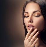 有时尚自然米黄表面无光泽的唇膏的完善的妇女嘴唇 库存照片