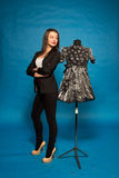 有时装模特的妇女,在蓝色 免版税图库摄影