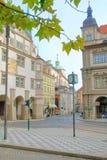 有时钟和老房子的布拉格街道 库存照片