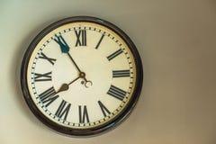 有时钟的室外灯 免版税库存图片