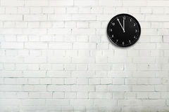 有时钟的砖墙 免版税库存图片