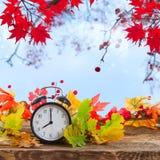 有时钟的秋天定期的秋天叶子 免版税图库摄影