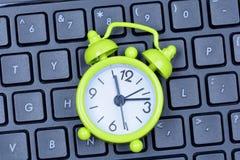 有时钟的键盘个人计算机 库存照片