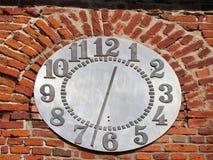 有时钟的,立陶宛老红色教会墙壁 免版税图库摄影