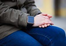有时髦巧妙的手表的妇女在她的手上 免版税库存照片