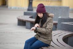有时髦巧妙的手表的妇女在她的手上 库存照片