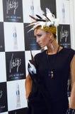 有时髦的发型神色的Intercharm XXI国际香料厂和化妆用品陈列非常美丽的年轻白肤金发的妇女 图库摄影