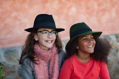 有时髦的帽子的两个孩子 免版税库存照片