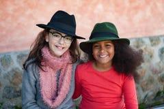 有时髦的帽子的两个孩子 库存照片