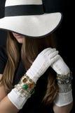 有时髦的懒散的帽子、长的葡萄酒白色手套和首饰的美丽的少妇 免版税库存照片