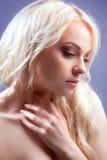 有时髦的构成的新美丽的白肤金发的妇女。 免版税库存照片