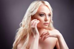 有时髦的构成的新美丽的白肤金发的妇女 免版税库存图片