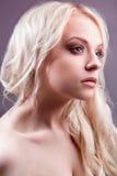 有时髦的构成的白肤金发的妇女。 图库摄影