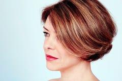 有时髦的理发的妇女 免版税库存图片