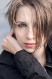 有时髦的理发的美丽的女孩 图库摄影