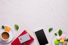 有时髦的红色皮革钱包和智能手机的工作场所 库存图片