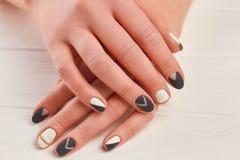 有时髦的表面无光泽的修指甲的女性手 免版税库存图片