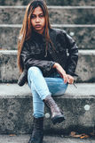有时兴的棕色皮夹克的亚裔行家女孩 库存图片