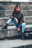 有时兴的棕色皮夹克的亚裔行家女孩 免版税图库摄影