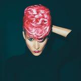 有时兴的理发的肉欲的画象夫人上色了在a的头发 库存图片