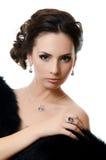 有昂贵的首饰的美丽的妇女 免版税库存图片