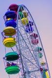 有明亮地色的多彩多姿的客舱的弗累斯大转轮反对天空蔚蓝 库存照片