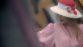 有明亮地被绘的嘴唇的一名美丽的妇女在飞机,慢动作射击附近站立 股票录像