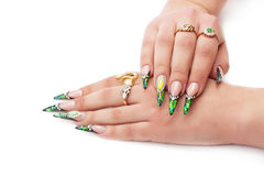 有明亮的修指甲的美好的女性手 免版税库存图片