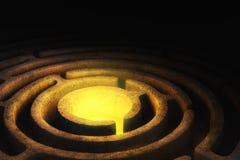 有明亮的光的圆迷宫在中心 免版税图库摄影