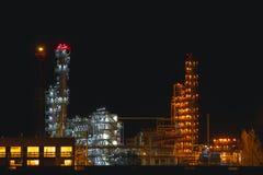 有明亮的光的工厂在晚上 免版税库存照片
