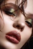 有明亮的创造性的构成和完善的皮肤的一个女孩 与湿头发的美好的模型在面孔 库存图片