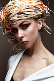 有明亮的创造性的构成的一个女孩 与一个草帽的美好的模型在她的头 纯净的光亮的皮肤 面孔的秀丽 图库摄影