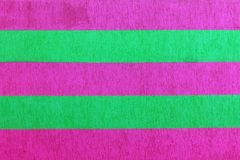 有明亮的多彩多姿的垂直条纹的织地不很细砖墙绿色,蓝色, vilet和桃红色,抽象背景 grap的概念 免版税库存图片