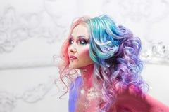 有明亮的头发的美丽的妇女 明亮的发色 免版税库存照片