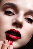 有明亮的晚上构成的女孩 与红色嘴唇和被抹上的唇膏的美好的模型 纯净的光亮的皮肤 面孔的秀丽 免版税库存照片