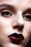 有明亮的晚上构成的女孩 与红色嘴唇的美好的模型 纯净的光亮的皮肤 面孔的秀丽 免版税图库摄影