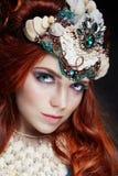 有明亮的构成和大鞭子的红头发人女孩 有红色头发的神奇神仙的妇女 大眼睛和色的阴影,长的鞭子 库存图片
