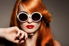 有明亮的构成和太阳镜的美丽的妇女 免版税库存图片