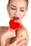 有明亮的构成和红色心脏的美丽的妇女 库存照片