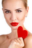有明亮的构成和红色心脏的美丽的妇女 免版税库存图片
